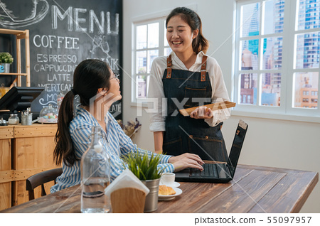 woman freelancer chat with staff 55097957