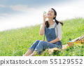 ผู้หญิงกับขวดพลาสติก 55129552