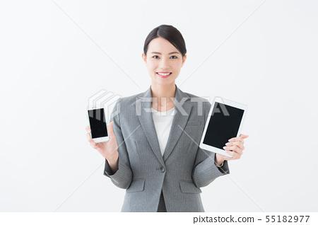 有智能手機和片劑的婦女 55182977