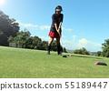 ผู้หญิงกำลังเล่นกอล์ฟ 55189447