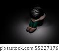 孤獨的女孩在黑暗中害怕 55227179
