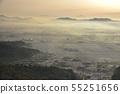 從大大小小的山峰東側的日出早晨的太陽與早晨的霧降雪鄉村和遙遠的山脈三鷹和筑波 55251656