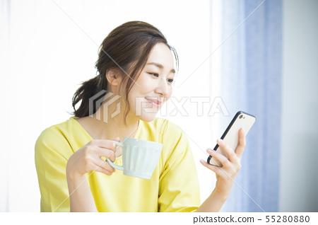 女人,下午茶時間的智能手機 55280880