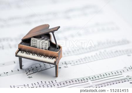 그랜드 피아노와 악보 실내 스튜디오 촬영 55281455