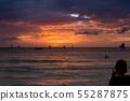 在假日移動電話中旅行者拍攝紅色雲和海浪的地平線突出的日落場景 55287875