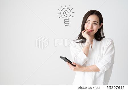 여성 스마트 폰 흰색 배경 55297613