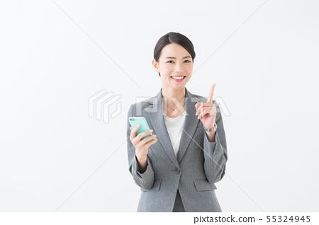 스마트 폰을 가진 여자 (회색 정장) 55324945