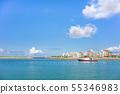 오키나와 아메리칸 빌리지 근처에있는 浜川 어항에 뜨는 수상 스포츠 용 풍선 슬라이드, 디 55346983