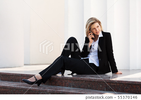 Young business woman calling on the cell phone 55370146