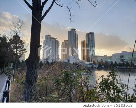 빌딩과 호수 55383018