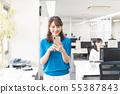 นักธุรกิจหญิงสำนักงานสมาร์ทโฟน 55387843