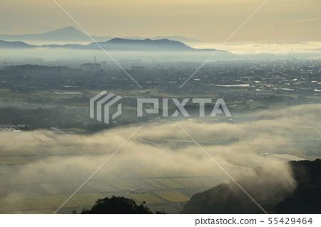 큰 토루 남쪽 봉우리에서보기 아침 안개 솟는 관동 평야와 멀리 三毳山과 쓰쿠바 55429464