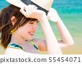 바다와 수영복을 입은 젊은 여성 55454071