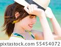 바다와 수영복을 입은 젊은 여성 55454072