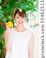 레몬을 가진 젊은 여성 55462513