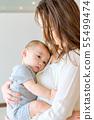 抱着一个孩子的女人 55499474