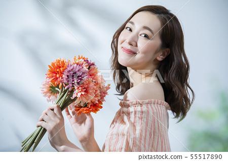 有秀麗圖像和花束的婦女 55517890