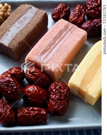 한국의 음식 떡 카스테라와 대추, 호두 55561763