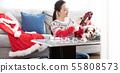 做圣诞节花圈的妇女 55808573