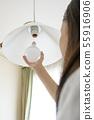 替换LED灯泡的人 55916906
