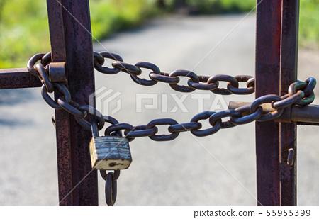체인으로 잠긴 철문 55955399