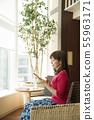 태블릿을 가진 여자 카페 라운지 55963171