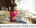 신문을 읽는 여성 카페 라운지 55963329
