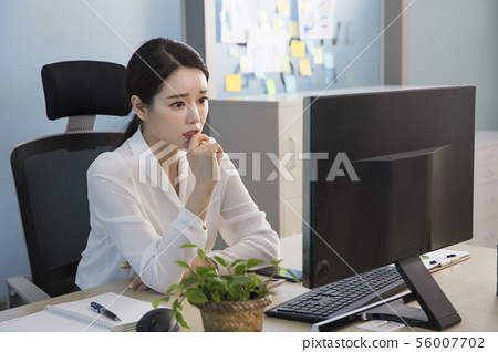 Office life concept, two asian business partners working in office 218 56007702
