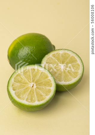 Fresh citrus fruits limes and lemons backgrund 066 56008106