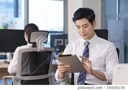 Office life concept, two asian business partners working in office 029 56008136