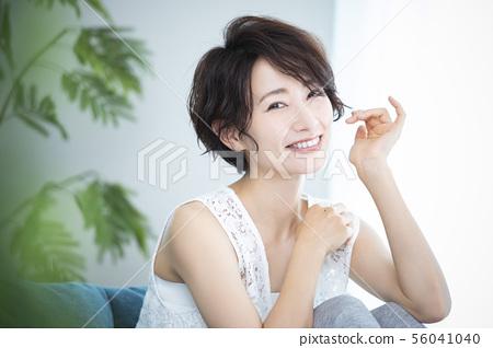 Woman beauty hair care hair 56041040