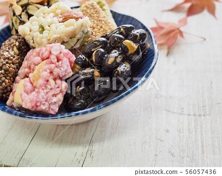 한국의 전통음식 강정과 단풍잎, 한과 56057436