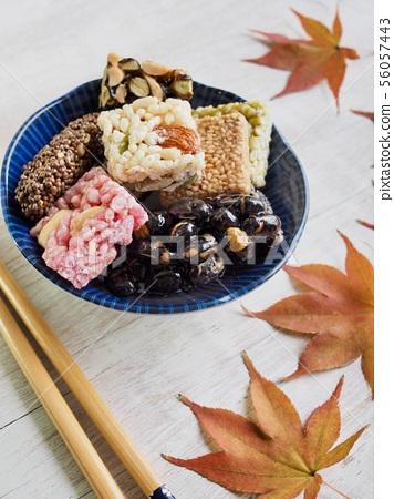 한국의 전통음식 강정과 단풍잎, 한과 56057443