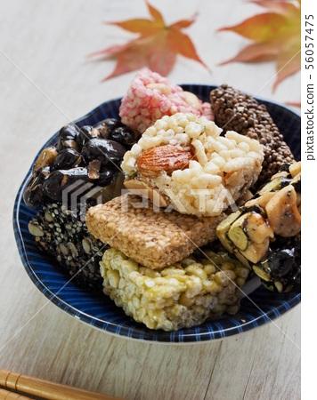 한국의 전통음식 강정과 단풍잎, 한과 56057475