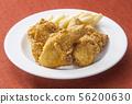 프라이드 치킨과 감자 튀김 패스트 푸드 56200630