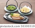 완두콩과 감자 튀김과 소시지 일품 요리 술 안주 일식 56300319