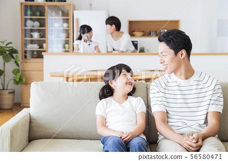 가족 부모 가족 여성 아이 56580471