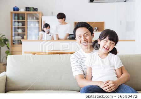 가족 부모 가족 여성 아이 56580472