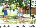 공원에서 물놀이하는 아이들 56609492