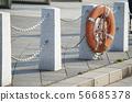 물가의 울타리에 걸린 구명 튜브 56685378