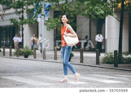 年輕女人購物 56703999