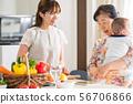 세 가족 부엌에서 요리 56706866
