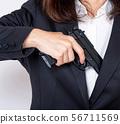 총을내는 여성 56711569