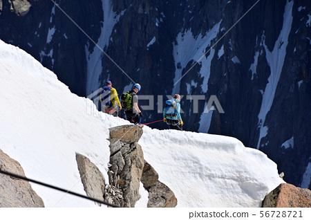 來自南針峰(Aiguille du Midi)天文台的派對將雪嶺與Zeil連接起來 56728721