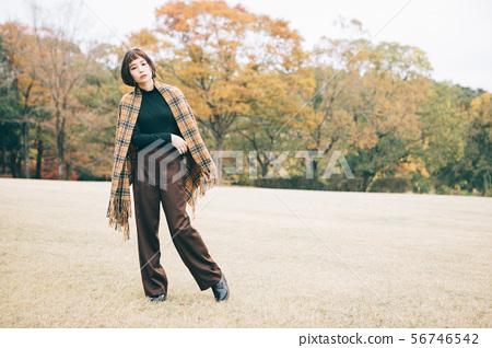 秋天衣裳時尚的少婦 56746542