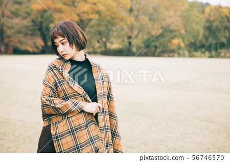 젊은 여성의 가을과 겨울 이미지 56746570