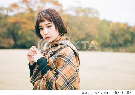 秋天/冬天圖像的年輕女子 56746587