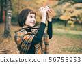 단풍 사진을 찍는 여성 56758953