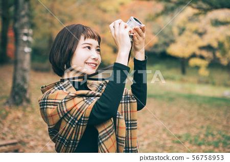 拍秋葉的照片婦女 56758953
