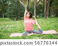 做瑜伽的少妇户外 56776344